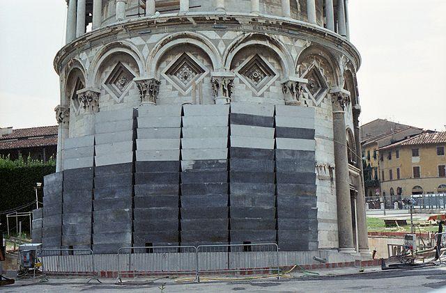 640px-Pisa_schiefer_turm_gewichte_1998_01