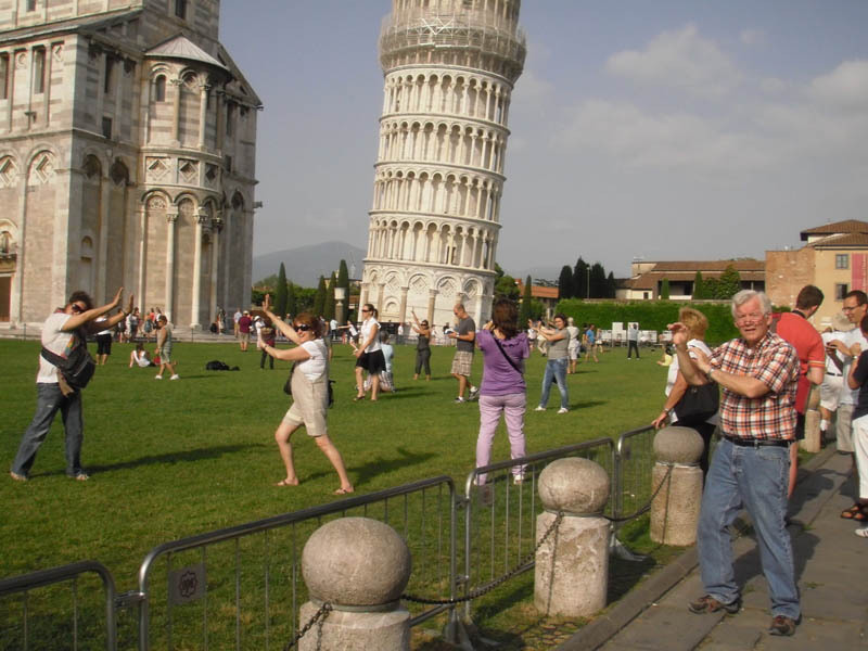 pictures-of-tourists-leaning-on-the-tower-of-pisa-2