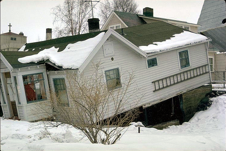 Alaska-house-fell-but-intact